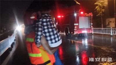 """昨夜今晨,暴雨袭城!背老人、排涝、""""公主抱""""……紧急救援的他们倾尽全力"""