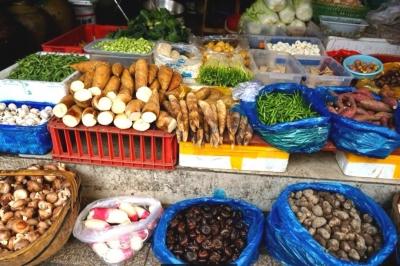 """【新春走基层】蔬菜海鲜还在""""春节档"""",想吃便宜的得等等"""