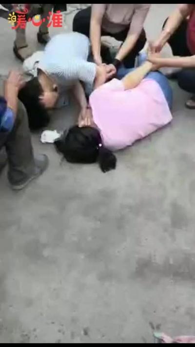 【暖新闻】江苏淮安:援鄂女护士街头跪地救人!三天前刚做完手术