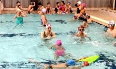 游泳教练:泡在水中授课,苦并快乐着