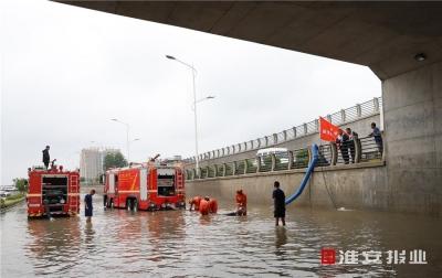 紧急排除积水 确保出行安全