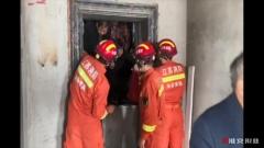 """电梯突然""""罢工""""致13人被困,消防队火速救援……"""