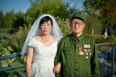 江苏徐州84岁抗美援朝老兵补拍迟来半个世纪的军装婚纱照