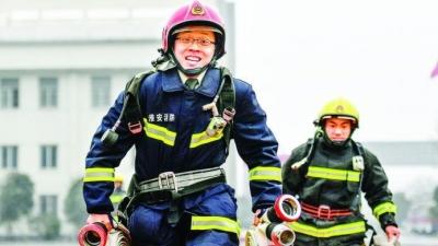 """【敬业】应急管理部一等功获得者、""""80后""""消防指挥员陆刚:用敬业精神淬炼英雄本色"""