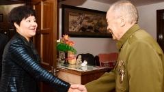 抗美援朝志愿军老战士,向您致敬!为您佩戴纪念章!