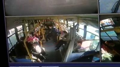 """【暖新闻】公交车直接开进""""急诊室"""" 众人爱心接力70岁老人转危为安"""