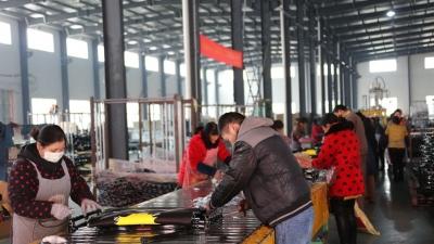 """【走向我们的小康生活】江苏金湖:有一种幸福叫""""家门口就业"""""""