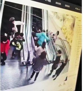 【暖新闻】帅呆了!电梯上婴儿车翻了……扬州水果哥飞身一扶
