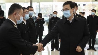 市长陈之常赴出入境边防检查站和海关慰问